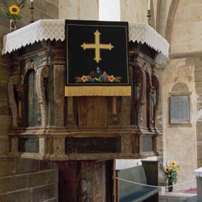 Muhu kiriku kantsel on siinses piiskopkonnas üks vanemaid ning selle valmistas 1629. aastal Balthasar Raschky. Kuuetahulisele sambale toetuv renessanss-stiilis kantsel kujutab endast kuuetahulist rajatist, mille nelja esitahku raamivad voluutidena painutatud konsoolid, mida kaunistavad pikad akantuselehed.