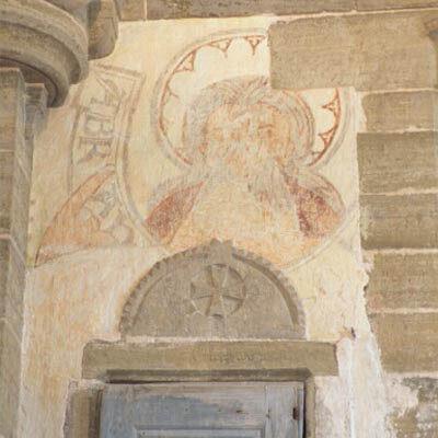 Kirikus on silmapaistva hoolikusega tahutud meistrimärkidega raiddetailid. Muhus puudub skulpturaalne dekoor. Kogu kirik oli kaunistatud ulatuslike Viimse kohtupäeva teemaliste maalidega. Säilinud on neist ainult vähesed fragmendid - peamiselt kooriruumis.